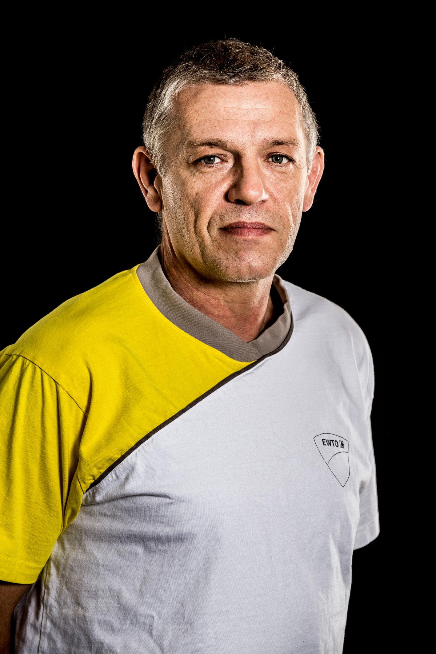 GM Thomas Schrön Bachelor in Martial Arts (Uni Derby GB) 9. Großmeistergrad WingTsun 3. Lehrergrad Escrima Ausbilder an der Trainerakademie Heidelberg, Landestrainer Schweden